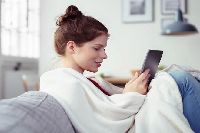Πώς να εξοικονομήσετε χρήματα χωρίς καν να σηκωθείτε από τον καναπέ σας