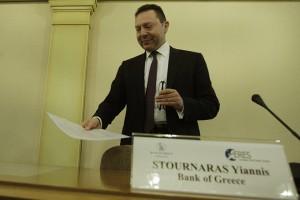 """O  Διοικητής της Τράπεζας της Ελλάδος  Γιάννης Στουρνάρας  ετοιμάζεται να μιλήσει από το βήμα στο διεθνές Συνέδριο """"Δείκτες επαγγελματικών ακινήτων και στρατηγικές διαχείρισης των χαρτοφυλακίων ακινήτων στην Ελλάδα"""" που διοργανώνει η Τράπεζα της Ελλάδος και η European Real Estate Society (ERES), στο Κεντρικό Κατάστημα της Τράπεζας της Ελλάδος, στην Αθήνα, την Παρασκευή 13 Μαρτίου 2015. ΑΠΕ-ΜΠΕ/ΑΠΕ-ΜΠΕ/ΟΡΕΣΤΗΣ ΠΑΝΑΓΙΩΤΟΥ"""