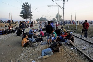 Refugees and migrants rest on railway tracks as they wait to cross the borders of Greece with Macedonia, near the village of Idomeni September 4, 2015. European Union officials are preparing to push EU governments to take in many more asylum-seekers from pressured frontier states, including Hungary, and seeking to overcome resistance to a quota system in eastern Europe. REUTERS/Alexandros Avramidis