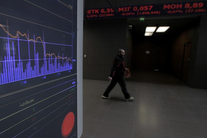 Υπάλληλος του Χρηματιστηρίου Αθήνας περπατάει σε ένα διάδρομο του κτιρίου όπου μόνιτορ απεικονίζουν τις τιμές των μετοχών, Αθήνα Δευτέρα 8 Φεβρουαρίου 2016. Οι τιμές των τραπεζικών μετοχών σημειώνουν δραματική πτώση συμπαρασύροντας και τις υπόλοιπες μετοχές.  ΑΠΕ-ΜΠΕ/ΑΠΕ-ΜΠΕ/ΟΡΕΣΤΗΣ ΠΑΝΑΓΙΩΤΟΥ
