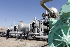 epa04691532 A picture made available on 03 April 2015, shows Iraqi Oil workers working at one of the al-Fakka Oil wells at the border between Iraq with Iran outside Amara, north of Basara and south of Baghdad, Iraq, 02 April 2015.  Iraq's South Oil Company announced the completion of drilling 12 new oil wells in the Fakka oil field and the Oil production in the field will rise to 45,000 barrels per day.  EPA/STR