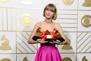 epa05164068 Taylor Swift holds up her awards for Best Music Video, Best Pop Vocal Album, and Album of the Year in the press room for the 58th annual Grammy Awards held at the Staples Center in Los Angeles, California, USA, 15 February 2016.  EPA/MIKE NELSON