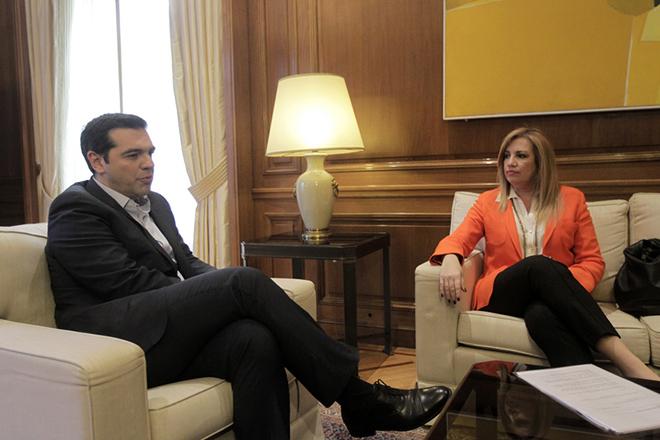 Ο πρωθυπουργός Αλέξης Τσίπρας συνομιλεί με την πρόεδρο του ΠΑΣΟΚ Φώφη Γεννηματά στη συνάντηση τους στο μέγαρο Μαξίμου, Αθήνα Τρίτη 2 Φεβρουαρίου 2016. Οι δύο πολιτικοί αρχηγοί συζήτησαν για το προσφυγικό ζήτημα. ΑΠΕ-ΜΠΕ/ΑΠΕ-ΜΠΕ/ΟΡΕΣΤΗΣ ΠΑΝΑΓΙΩΤΟΥ