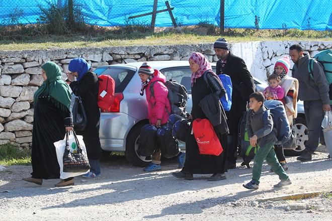 Πρόσφυγες και μετανάστες αποχωρούν, αφού έχουν πρώτα καταγραφεί, από το κέντρο φιλοξενίας στο Σχιστό, Αθήνα, Τρίτη 23 Φεβρουαρίου 2016. Στην Αθήνα μεταφέρονται με λεωφορεία οι Αφγανοί πρόσφυγες που βρίσκονταν στην Ειδομένη, μετά την επιχείρηση εκκένωσης των σιδηροδρομικών γραμμών του ΟΣΕ. Σύμφωνα με πηγές του υπουργείου Μεταναστευτικής Πολιτικής, το απόγευμα λίγο πριν από την άφιξη των προσφύγων στην Αθήνα θα αποφασιστεί σε ποιον από τους χώρους φιλοξενίας θα μεταφερθούν. Αυτή την ώρα τα κέντρα φιλοξενίας σε Ελαιώνα, Ελληνικό και Σχιστό είναι πλήρη και ανάλογα με τις αποχωρήσεις φιλοξενούμενων που θα σημειωθούν σήμερα και τις κενές θέσεις που θα δημιουργηθούν, θα γίνουν και οι ανάλογες τοποθετήσεις. Το ίδιο θα συμβεί και για τους πρόσφυγες που βρίσκονται στον Πειραιά και δεν έχουν τα απαιτούμενα χαρτιά για να κινηθούν προς τα σύνορα. ΑΠΕ-ΜΠΕ/ΑΠΕ-ΜΠΕ/ΠΑΝΤΕΛΗΣ ΣΑΪΤΑΣ