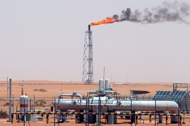 epa01514462 (FILE) A gas flame is seen in the desert at Khurais oil field, about 160 km from Riyadh, Kingdom of Saudi Arabia, 23 June 2008. The price for crude oil produced by the Organization of the Petroleum Exporting Countries (OPEC) fell below 80 dollars for the first time since October 2007 on 09 October 2008, according to data released by OPEC on Thursday. One barrel (159 litres) of OPEC crude stood at 77.38 dollars Wednesday, a decrease of 2.66 dollars from 80.04 dollars on the previous day.  EPA/ALI HAIDER