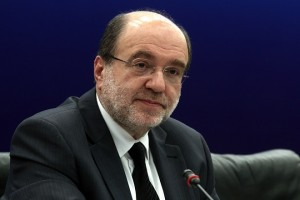 Ο αναπληρωτής υπουργός Οικονομικών Τρύφωνας Αλεξιάδης κατά την παρουσίαση Κοινής Δήλωσης Προθέσεων, μεταξύ των οικονομικών αρχών του Ομόσπονδου Κρατιδίου της Βόρειας Ρηνανίας - Βεστφαλίας και της Ελληνικής Δημοκρατίας, με στόχο την πάταξη της φοροδιαφυγής, στην αίθουσα Συνεδρίων της Γενικής Γραμματείας Ενημέρωσης στην Αθήνα, το Σάββατο 16 Ιανουαρίου 2016.