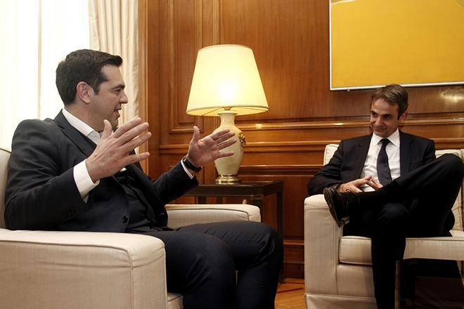 Ο πρωθυπουργός Αλέξης Τσίπρας (Α) συνομιλεί με τον πρόεδρο της Νέας Δημοκρατίας Κυριάκο Μητσοτάκη (Δ) στην συνάντηση που είχαν στο Μέγαρο Μαξίμου, Τρίτη 19 Ιανουαρίου 2016. ΑΠΕ-ΜΠΕ/ΑΠΕ-ΜΠΕ/ΑΛΕΞΑΝΔΡΟΣ ΒΛΑΧΟΣ