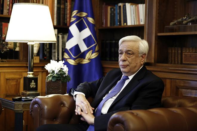 Ο Πρόεδρος της Δημοκρατίας  Προκόπης Παυλόπουλος συνομιλεί με τον ΓΓ της ΚΕ του ΚΚΕ Δημήτρη Κουτσούμπα (δεν εικονίζεται) κατά την διάρκεια της επίσημης συνάντησης που είχαν στο Προεδρικό Μέγαρο, Παρασκευή 19 Φεβρουαρίου 2016 ΑΠΕ-ΜΠΕ/ΑΠΕ-ΜΠΕ/ΑΛΕΞΑΝΔΡΟΣ ΒΛΑΧΟΣ