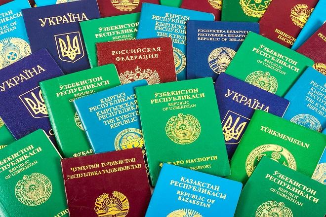 Γιατί τα διαβατήρια κυκλοφορούν σε τέσσερα χρώματα