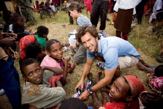 Ο ιδρυτής των περιβόητων Toms δίνει ευκαιρίες σε νέους επιχειρηματίες