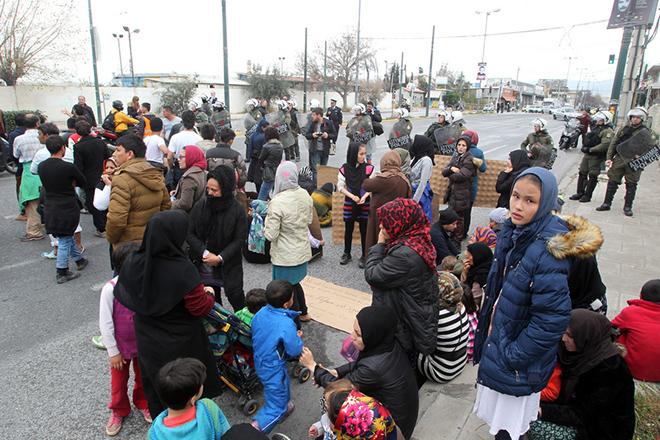 Μετανάστες και πρόσφυγες από το προσωρινό κέντρο φιλοξενίας στο Σχιστό κρατώντας πλακάτ διαμαρτύρονται κατά τη διάρκεια πορείας τους προς το κέντρο της Αθήνας,  Νίκαια, Τετάρτη 9 Μαρτίου 2016. Οι μετανάστες και πρόσφυγες διαμαρτύρονται για το κλείσιμο των συνόρων που τους αποτρέπει να συνεχίσουν το ταξίδι τους στην βόρεια Ευρώπη. ΑΠΕ-ΜΠΕ/ΑΠΕ-ΜΠΕ/Παντελής Σαίτας