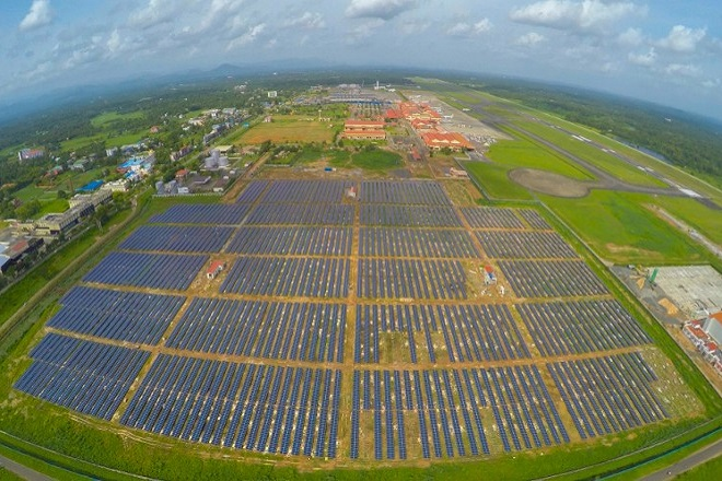 To πρώτο ηλιακό αεροδρόμιο του κόσμου που δεν πληρώνει ηλεκτρικό ρεύμα