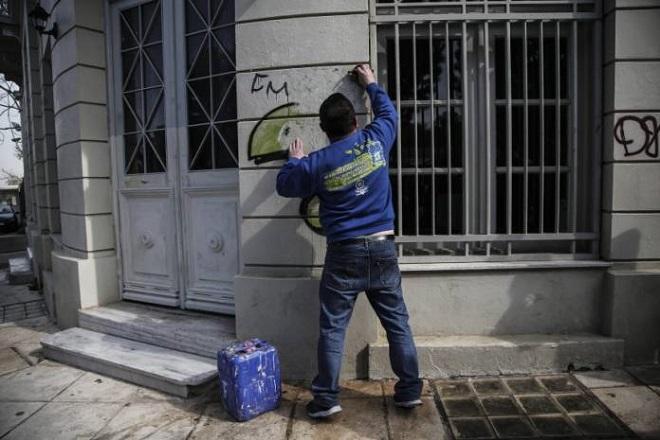 Η Αθήνα αλλάζει – καθαρίζουν τα γκράφιτι απ' τα κτίρια του κέντρου