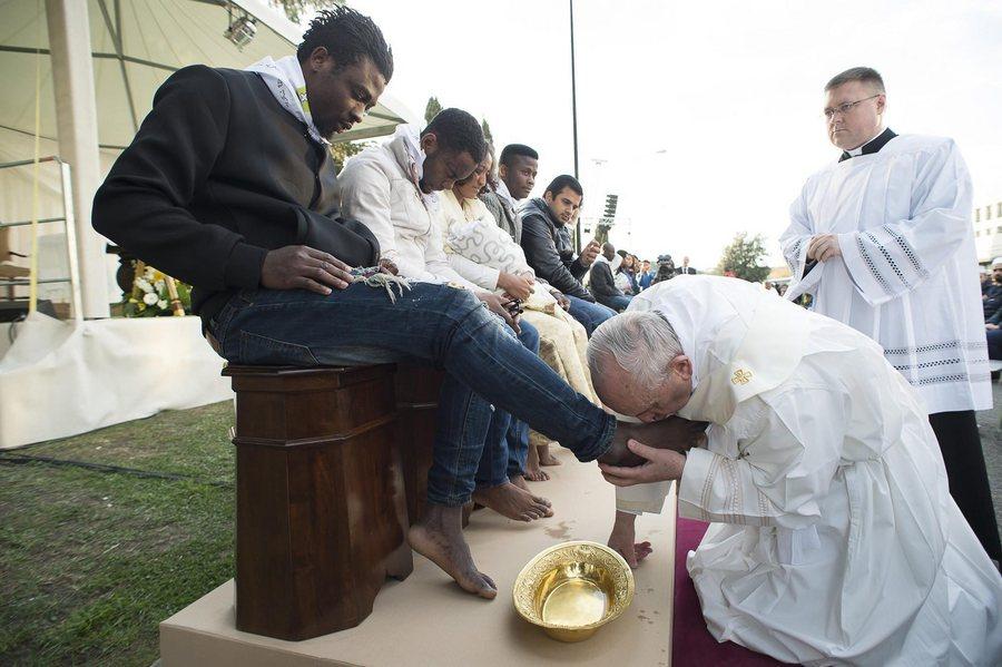 Ο πάπας Φραγκίσκος έπλυνε και φίλησε τα πόδια προσφύγων καταδικάζοντας τα κλειστά σύνορα