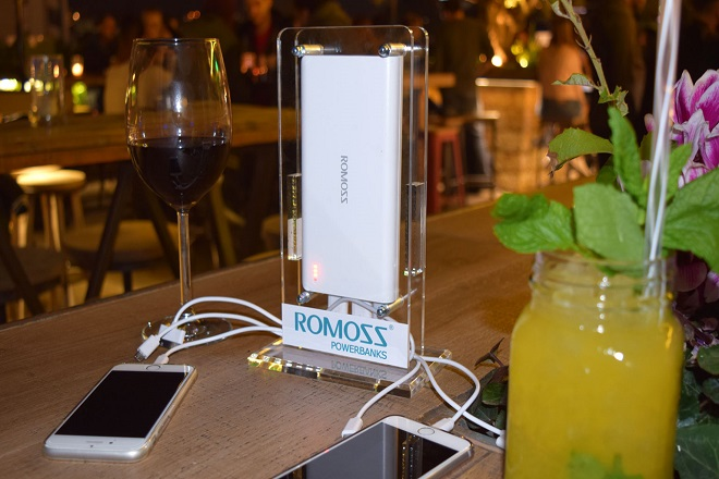 Ο πρώτος φορτιστής κινητών για café και bar έχει ελληνική υπογραφή