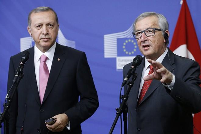 Τελεσίγραφο της Άγκυρας στην ΕΕ απειλεί τη συμφωνία για το προσφυγικό