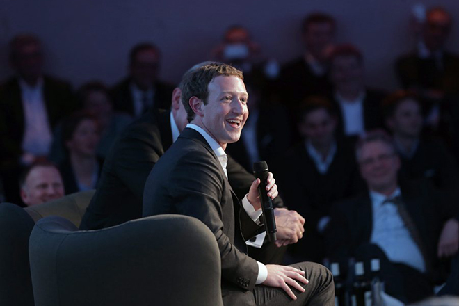 epa05180836 Facebook CEO, Mark Zuckerberg attends the new Innovation Award ceremony organized by the media group Axel Springer in Berlin, Germany, 25 February 2016.  EPA/KAY NIETFELD / POOL