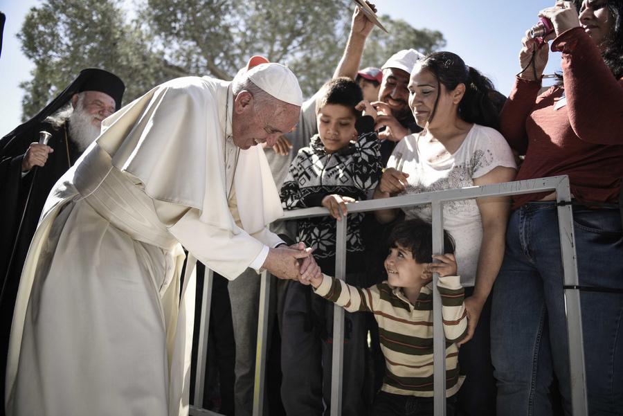 Κίνηση υψηλού συμβολισμού: Ο Πάπας επέστρεψε από τη Λέσβο στο Βατικανό με 10 πρόσφυγες