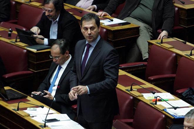 Ο κοινοβουλευτικός εκπρόσωπος του Ποταμιού Χάρης Θεοχάρης μιλάει στη σημερινή συζήτηση στην Ολομέλεια της Βουλής για τις τηλεοπτικές άδειες, Πέμπτη 11 Φεβρουαρίου 2016. ΑΠΕ-ΜΠΕ/ΑΠΕ - ΜΠΕ/Αλεξανδρος Μπελτές