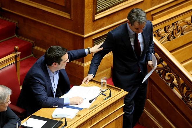 Ο πρωθυπουργός Αλέξης Τσίπρας συνομιλεί με τον πρόεδρο της Νέας Δημοκρατίας Κυριάκο Μητσοτάκς  σε συνεδρίαση της ολομέλειας της Βουλής, Τετάρτη 20 Απριλίου 2016. Προ Ημερησίας Διατάξεως συζήτηση πραγματοποιήθηκε στην Βουλή , σύμφωνα με το άρθρο 143 του Κανονισμού, με πρωτοβουλία του Αρχηγού της Αξιωματικής Αντιπολίτευσης και Προέδρου της Κοινοβουλευτικής Ομάδας της Νέας Δημοκρατίας Κυριάκου Μητσοτάκη, σε επίπεδο Αρχηγών Κομμάτων, σχετικά με την ασφάλεια των πολιτών. ΑΠΕ-ΜΠΕ/ΑΠΕ-ΜΠΕ/Παντελής Σαίτας