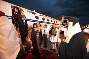 Με τιμές αρχηγού κράτους έγινε η υποδοχή της άφιξης του Άγιου Φωτός που έφτασε με κυβερνητικό αεροσκάφος στο αεροδρόμιο ΕΛΕΥΘΕΡΙΟΣ ΒΕΝΙΖΕΛΟΣ,στην Αθήνα το Μεγάλο Σάββατο 14 Απριλίου 2012. Το Άγιο Φως παρέλαβε ο Έξαρχος του Παναγίου Τάφου Αρχιμανδρίτης Δαμιανός για να το μεταφέρει στο Μετόχι του Παναγίου Τάφου, στην Πλάκα, ενώ με ειδικές πτήσεις της πολιτικής και πολεμικής αεροπορίας θα φτάσει σε κάθε γωνιά της χώρας.Επικεφαλής της ελληνικής αντιπροσωπείας ήταν ο Μητροπολίτης Γλυφάδας Παύλος, ενώ την κυβέρνηση εκπροσώπησε ο υφυπουργός Εξωτερικών Δημήτρης Δόλλης. ΑΠΕ-ΜΠΕ/ΑΠΕ-ΜΠΕ/ΧΑΡΗΣ ΑΚΡΙΒΙΑΔΗΣ
