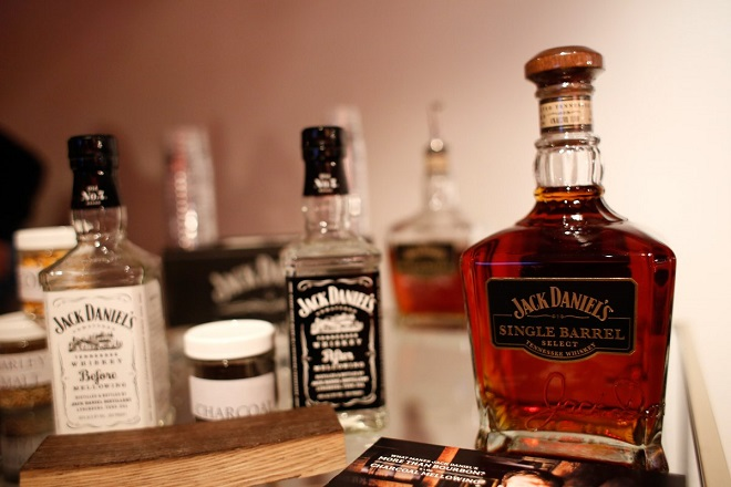 Ετοιμαστείτε να βάλετε πιο βαθιά το χέρι στην τσέπη εάν θέλετε να πιείτε Jack Daniels