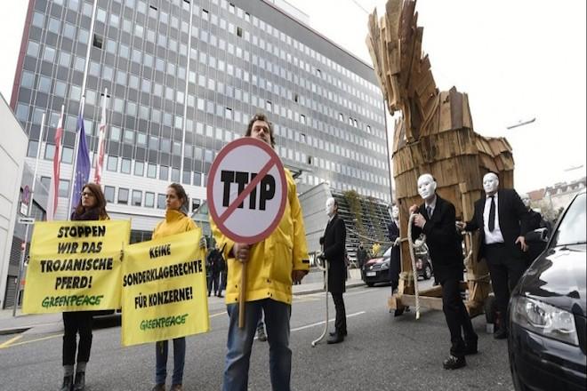 Σάλος με τα μυστικά έγγραφα της TTIP – Φόβοι για τα μεταλλαγμένα τρόφιμα στην ΕΕ