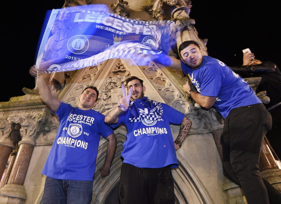 epa05287443 Leicester City supporters celebrate at Haymarket Memorial Clock Tower after the English Premier League soccer match between Chelsea and Tottenham Hotspur, in Leicester, Britain, 02 May 2016. Leicester was crowned English Premier League champions for the first time in the club's history clinching the title after a tie between Chelsea and Tottenham.  EPA/FACUNDO ARRIZABALAGA
