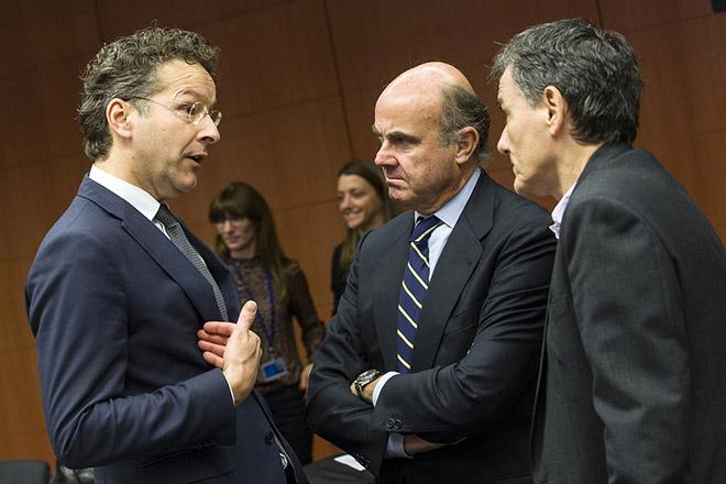 Ο υπουργός Οικονομικών Ευκλείδης Τσακαλώτος (Δ) συνομιλεί με τον πρόεδρο του Eurogroup, Γερούν Ντάισελμπλουμ (Α) και τον ισπανό ομόλογο του Luis De Guindos Jurado (Κ) στην συνεδρίαση του Eurogroup στις Βρυξέλλες, Δευτέρα 7 Δεκεμβρίου 2015. ΑΠΕ-ΜΠΕ/EU COUNCIL/Zucchi Enzo