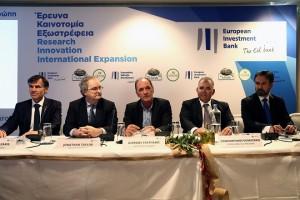 Ο αντιπρόεδρος της Ευρωπαϊκής Τράπεζας Επενδύσεων Jonathan Taylor (2A), ο πρόεδρος της εταιρείας Creta Farm Μάνος Δομαζάκης (Α), ο αντιπρόεδρος Κωνσταντίνος Δομαζάκης (2Δ) και ο υπουργός Οικονομίας, Ανάπτυξης και Τουρισμού Γιώργος Σταθάκης (Κ) παρίστανται σε εκδήλωση για την ανακοίνωση συμφωνίας μεταξύ της Ευρωπαϊκής Τράπεζας Επενδύσεων και της εταιρείας Creta Farm, σε κεντρικό ξενοδοχείο της Αθήνας, την Τρίτη 10 Μαϊου 2016. Πρόκειται για το πρώτο έργο που χρηματοδοτείται στην Ελλάδα στο πλαίσιο του Σχεδίου Γιούνκερ. ΑΠΕ-ΜΠΕ/ΑΠΕ-ΜΠΕ/ΣΥΜΕΛΑ ΠΑΝΤΖΑΡΤΖΗ