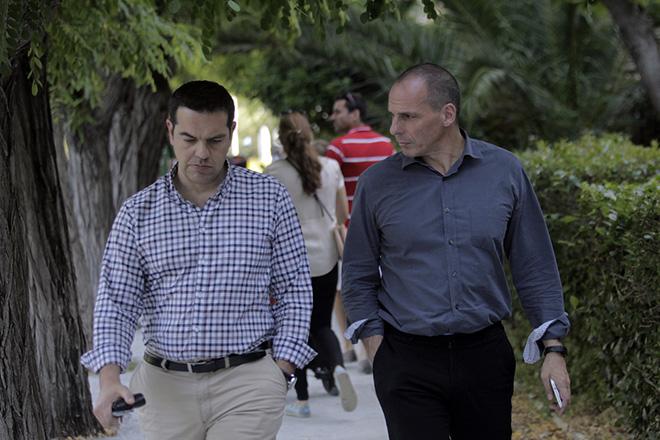 Ο πρωθυπουργός, Αλέξης Τσίπρας (Α), και ο υπουργός Οικονομικών, Γιάννης Βαρουφάκης (Δ), περπατούν μαζί στον εθνικό κήπο, μετά από συνεργασία στο Μέγαρο Μαξίμου, Αθήνα, Σάββατο 13 Ιουνίου 2015. ΑΠΕ-ΜΠΕ/ ΑΠΕ-ΜΠΕ/ ΟΡΕΣΤΗΣ ΠΑΝΑΓΙΩΤΟΥ