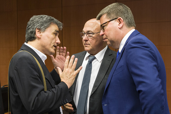 Ο υπουργός Οικονομίας Ευκλείδης Τσακαλώτος (Α) συνομιλεί με τον Γάλλο υπουργό Οικονομίας Μισέλ Σαπέν (Κ) κατά τη διάρκεια της συνεδρίασης του έκτακτου Eurogroup, τη  Δευτέρα 9 Μαΐου 2016, στην έδρα του Ευρωπαϊκού Συμβουλίου, στις Βρυξέλλες. ΑΠΕ-ΜΠΕ/consilium.europa.eu/Zucchi Enzo