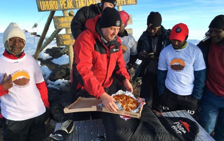 Η Pizza Hut παρέδωσε πίτσα στην κορυφή του Κιλιμάντζαρο!