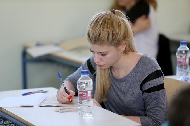 Μαθητές της Γ' λυκείου συμμετέχουν στις πανελλαδικές εξετάσεις σε σχολικό συγκρότημα στην Κυψέλη , Δευτέρα 16 Μαΐου 2016. Με το μάθημα της Νεοελληνικής Γλώσσας ξεκίνησαν σήμερα οι πανελλαδικές εξετάσεις. ΑΠΕ-ΜΠΕ/ΑΠΕ-ΜΠΕ/Παντελής Σαίτας