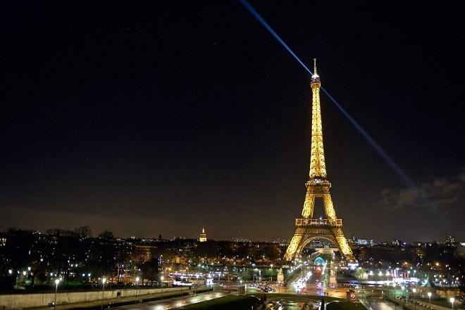 Πώς θα καταφέρετε να μείνετε για μια βραδιά στον Πύργο του Άιφελ