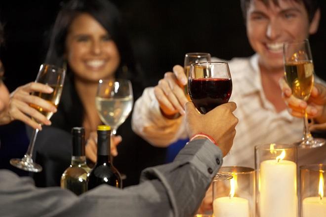 Πόσο χαρούμενοι γινόμαστε όταν πίνουμε;