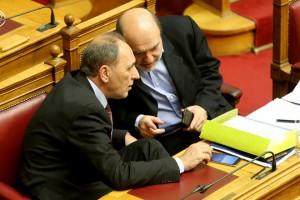 Ο υπουργός Οικονομίας, Ανάπτυξης και Τουρισμού Γιώργος Σταθάκης (Α) και ο αναπληρωτής υπουργός Οικονομικών Τρύφων Αλεξιάδης (Δ) συνομιλούν σε συνεδρίαση στην ολομέλεια της Βουλής , Κυριακή 8 Μαΐου 2016. Συνεχίζεται και ολοκληρώνεται στην ολομέλεια της Βουλής η συζήτηση και η ονομαστική ψηφοφορία για το ασφαλιστικό και φορολογικό νομοσχέδιο. ΑΠΕ-ΜΠΕ/ΑΠΕ-ΜΠΕ/Παντελής Σαίτας