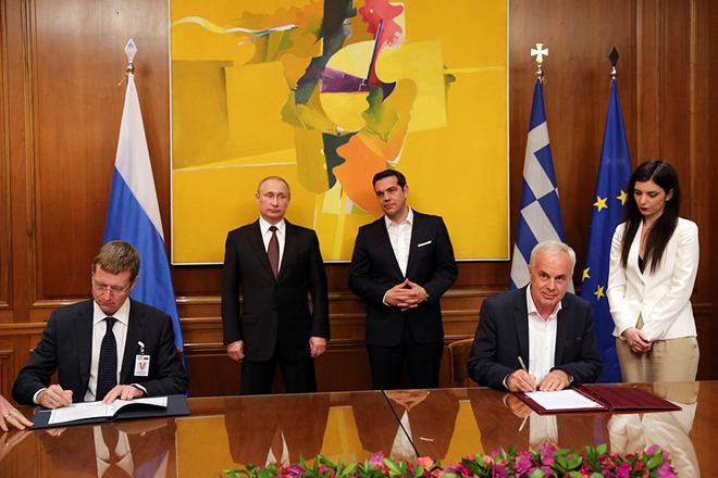 Ο πρωθυπουργός Αλέξης Τσίπρας (Δ-ΠΙΣΩ) με τον Πρόεδρο της Ρωσίας Βλαντίμιρ Πούτιν (Α-ΠΙΣΩ) παρακολουθούν την υπογραφή συμφωνιών συνεργασίας Ελλάδας – Ρωσσίας, από τον υπουργό Αγροτικής Ανάπτυξης και Τροφίμων Βαγγέλη Αποστόλου (Δ) και τον ομόλογό του της Ρωσίας Σεργκέι Λέβιν (Α) κατά τη διάρκεια της συνάντησής τους,  την Παρασκευή 27 Μαΐου 2016, στο   Μέγαρο Μαξίμου . Ο Πρόεδρος της Ρωσικής Ομοσπονδίας, Βλαντίμιρ Πούτιν, πραγματοποιεί διήμερη επίσκεψη εργασίας στην Ελλάδα στο πλαίσιο του Αφιερωματικού Έτους Ελλάδας - Ρωσίας 2016  ΑΠΕ-ΜΠΕ/ΑΠΕ-ΜΠΕ/ΟΡΕΣΤΗΣ ΠΑΝΑΓΙΩΤΟΥ