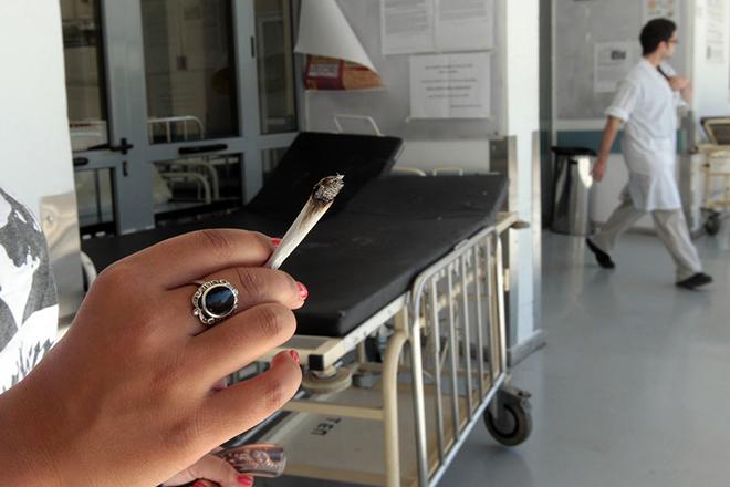 Λιγότεροι οι καπνιστές στην Ελλάδα αλλά ακόμη την πληρώνουν οι παθητικοί