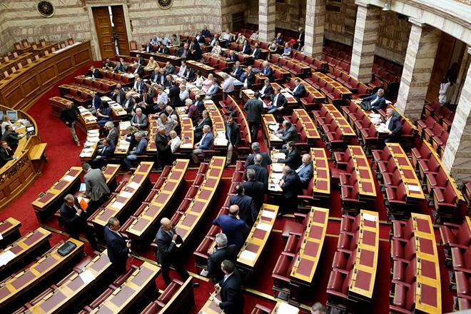 Μάχη στη Βουλή για το σχέδιο «δραχμής» του Βαρουφάκη