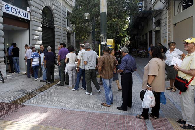 Πολίτες περιμένουν σε μία τεράσια ουρά για να πληρώσουν τον λογαριασμό του νερού στα κεντρικά ταμεία της ΕΥΔΑΠ στην οδό 3ης Σεπτεμβρίου, Αθήνα Δευτέρα 2 Σεπτεμβρίου 2013. ORESTIS PANAGIOTOU