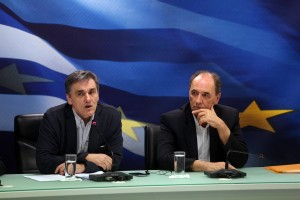 O υπουργός Οικονομικών Ευκλείδης Τσακαλώτος (A) και ο υπουργός Οικονομίας, Ανάπτυξης και Τουρισμού Γιώργος Σταθάκης (Δ) στη σημερινή κοινή συνέντευξη τύπου σχετικά με την πορεία των διαπραγματεύσεων με τους θεσμούς, Τρίτη 12 Απριλίου 2016. . ΑΠΕ-ΜΠΕ/ ΑΠΕ-ΜΠΕ/ΑΛΕΞΑΝΔΡΟΣ ΜΠΕΛΤΕΣ