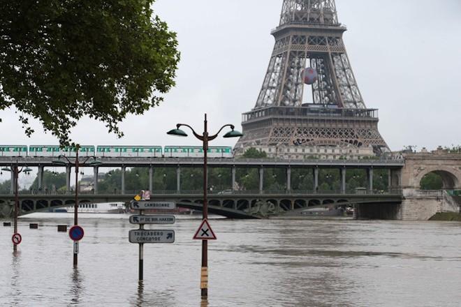 Γαλλία: Υποχωρεί με αργούς ρυθμούς η στάθμη του ποταμού Σηκουάνα