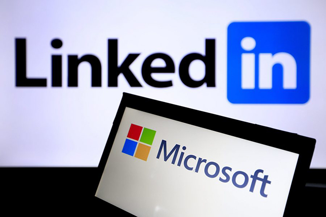 epa05361794 The logo of Microsoft windows and Professional social networking service LinkedIn is pictured in Taipei, Taiwan, 13 June 2016. According to reports, Microsoft is going to buy LinkedIn for 26.2 billion US dollars in cash.  EPA/RITCHIE B. TONGO
