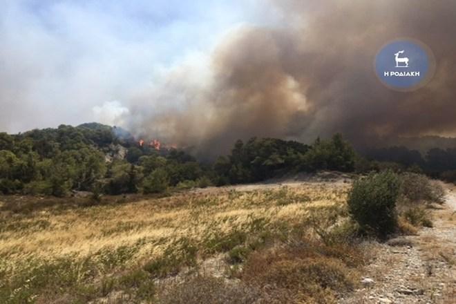 Ανεξέλεγκτη πυρκαγιά στη Ρόδο – Εκκενώθηκε οικισμός