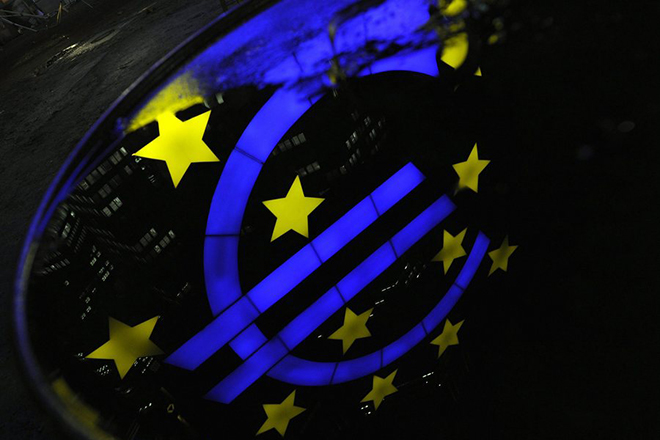 epa03027370 The illuminated Euro sculpture in front of the European Central Bank ECB building is reflected in a puddle after rainfalls in Frankfurt, Germany, 07 December 2011 evening. The results of a stress test of the European Banking Authority (EBA) on German and European banks is expected to be announced on 08 December 2011 in London.  EPA/BORIS ROESSLER