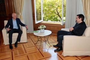 Ο πρωθυπουργός Αλέξης Τσίπρας (Δ) συνομιλεί με τον  πρώην πρωθυπουργό Γιώργο Παπανδρέου (Α) κατά τη διάρκεια της συνάντησής τους, την Πέμπτη 16 Απριλίου 2015, στο Μέγαρο Μαξίμου. ΑΠΕ-ΜΠΕ/ΑΠΕ-ΜΠΕ/ΠΑΝΤΕΛΗΣ ΣΑΙΤΑΣ