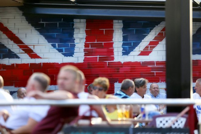 epa05377603 A Union Jack, the national flag of the United Kingdom, painted on a wall at an eatery in the British tourist area of Benidorm, Alicante, eastern Spain, 19 June 2016. Britons will vote to stay or leave the European Union on 23 June. More Brits live in Spain than in any other European country.  EPA/MANUEL LORENZO