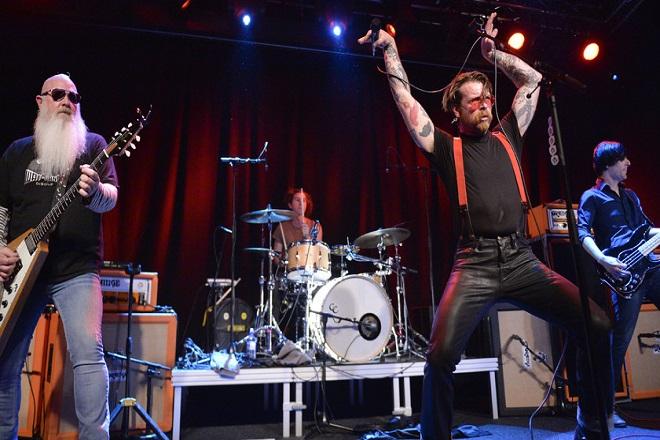 Οι Eagles of the Death Metal επιστρέφουν και τιμούν τα θύματα του Παρισιού