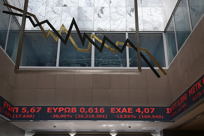 Οι τιμές των μετοχών εμφανίζονται σε μόνιτορ στο Χρηματιστηρίο της Αθήνας, την Παρασκευή 24 Ιουνίου 2016.  Στους ρυθμούς του διεθνούς ξεπουλήματος κινείται σήμερα και η χρηματιστηριακή αγορά, στον απόηχο της επικράτησης του Brexit, υποχωρώντας κάτω από τα επίπεδα των 540 μονάδων. Οι τραπεζικές μετοχές δέχονται τι ισχυρότερα πυρά των πωλητών. O Γενικός Δείκτης Τιμών στις 12:15, διαμορφώνεται στις 536,44 μονάδες σημειώνοντας πτώση 13,15%. Ενδοσυνεδριακά κατέγραψε χαμηλότερη τιμή στις 522,21 μονάδες (-15,46%). ΑΠΕ-ΜΠΕ/ΑΠΕ-ΜΠΕ/ΣΥΜΕΛΑ ΠΑΝΤΖΑΡΤΖΗ